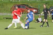 Višňová (v červených dresech) vyhrála v Chrastavě 3:1 a stále je na špici krajského fotbalu.