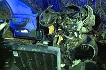 Neštěstí. Devatenáctiletý řidič auta zahynul po nárazu do stromu.