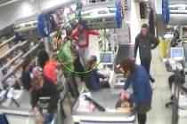 KRIMINALISTÉ shání dva důležité svědky (na snímku z kamerového záznamu jsou v kroužku).