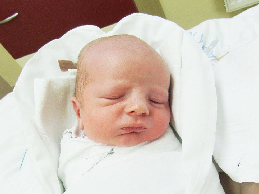 PETR SLÁDEK Narodil se 16. února v liberecké porodnici mamince Lucii Vlčkové ze Starého Dubu.Vážil 2,60 kg a měřil 46 cm.