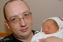 Mamince Janě Hanové (na snímku otec) z Liberce se 17. března v liberecké porodnici narodil syn Petr Hana. Měřil 50 cm a vážil 3,52 kg.