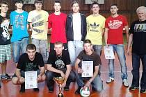 VÍTĚZOVÉ. Stojící zleva: Dominik Ducháč (E2A), Ondřej Nič (E2B), Jan Zeman (L1), Vojtěch Hansal (S3B), Adam Kraus (S4A), David Macháč (P3), Petr Vičar (A4), Stanislav Krotil pedagog a trenér. V pokleku zleva: Tomáš Kubišta (S1B), Adam Nejedlý (S3B), Tomáš