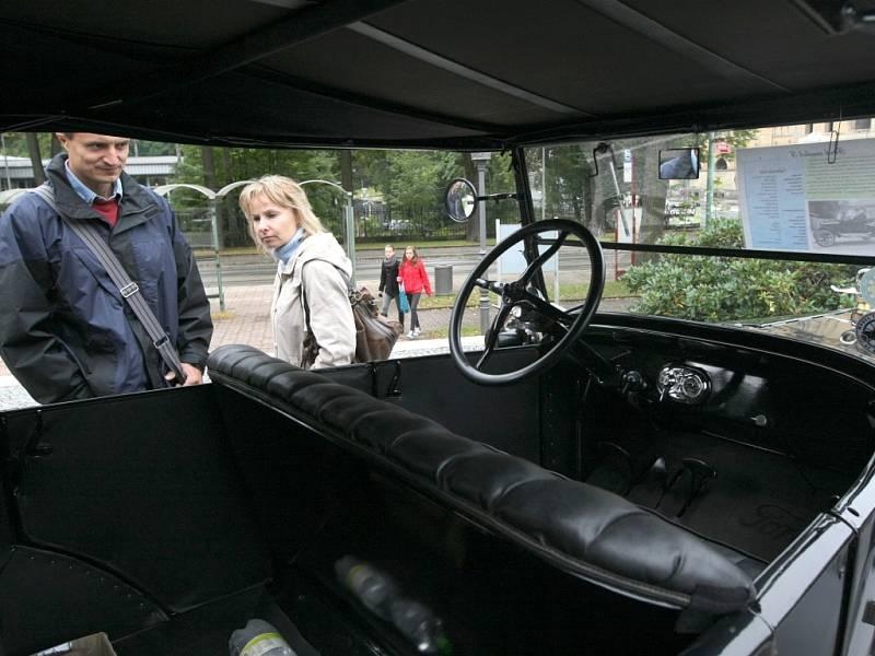 Auta veteráni před Severočeským muzeem