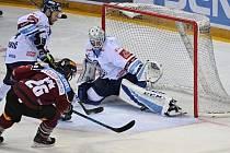 Jeden z klíčových okamžiků sedmého zápasu. Liberecký brankář Petr Kváča vyrazil betonem střelu Michala Řepíka.