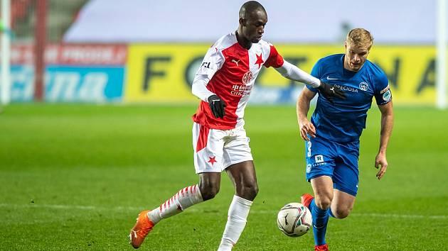 Porážka v Edenu. Slovan v prosinci prohrál na Slavii 0:3. O míč bojuje liberecký Jan Mikula (v modrém).