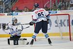 14. kolo extraligy ledního hokeje mezi HC Bílí Tygři Liberec a HK Mountfield Hradec Králové. Marek Schwarz inkasuje branku