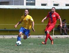 Českolipská Lokomotiva (žluté dresy) porazila na domácím hřišti zálohu Chrastavy 4:0.