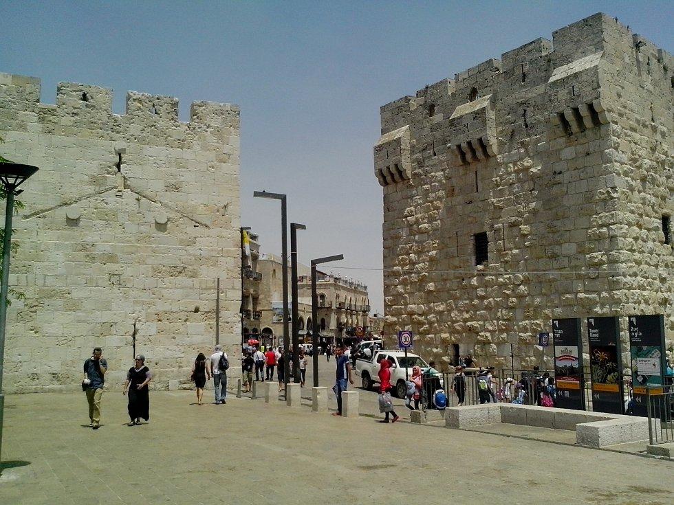 ZÁPADNÍ ZEĎ známá také jako Zeď nářků je pozůstatkem západní části vnější hradby, která ke konci období druhého jeruzalémského Chrámu obklopovala Chrámovou horu. Dnes je to nejposvátnější místo Židů s přísným bezpečnostním režimem.