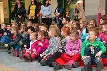 MALÍŘI. Děti ze tří mateřských školek napjatě sledovaly vyhlášení vítězů. Za své návrhy si odnesly hračky a knížky.