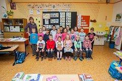 Prvňáci ze Základní školy Liberec, Sokolovská se fotili do projektu Naši prvňáci. Na snímku je s nimi třídní učitelka Jitka Šorsáková.