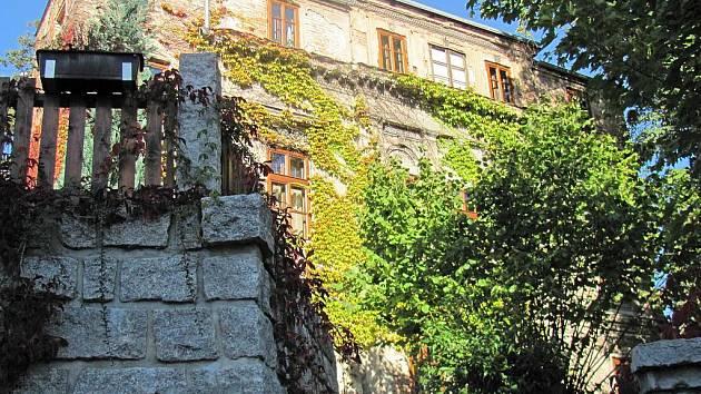 """ZAPOMENUTÝ LIBEREC.  Jako  na Malé Straně v Praze se v miniaturním podání můžete ocitnout i na toulkách Libercem. Narazit můžete na barokní  dům (detail níže)  či  stavbu """"italského""""  palácku."""