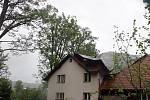 Utržená střecha rodinného domu v Petrašovicích.