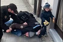 Zvidea zachycujícího zásah strážníků vUherském Hradišti zveřejněného na sociální síti Facebook.