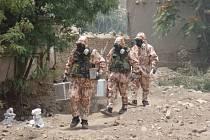 Vojenská chemická jednotka při zásahu.