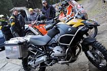 Do Afriky vyrazí na závod vedle vozu i motorky.