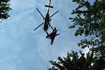 Paraglidista se proletěl v síti pod vrtulníkem.