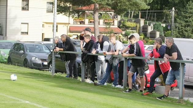 V Chrastavě se fanoušci na fotbale nenudí.