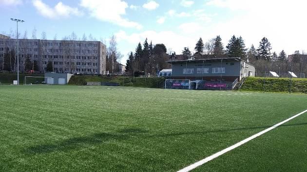 Nové hřiště s umělou trávou v Doubí.