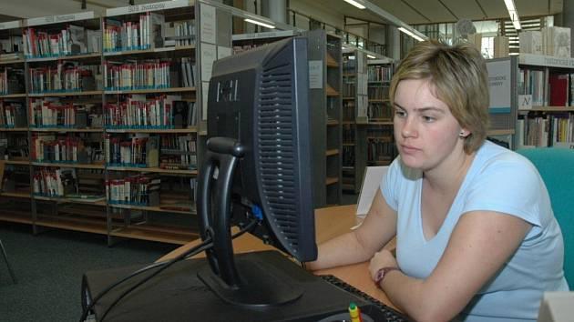 V Krajské vědecké knihovně v Liberci mají lidé možnost k přístupu na internet u několika počítačů.