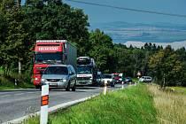 KOPEC V ALBRECHTICÍCH se v zimě stává pastí na kamiony, které zde mohou zapadnout a blokovat dopravu.