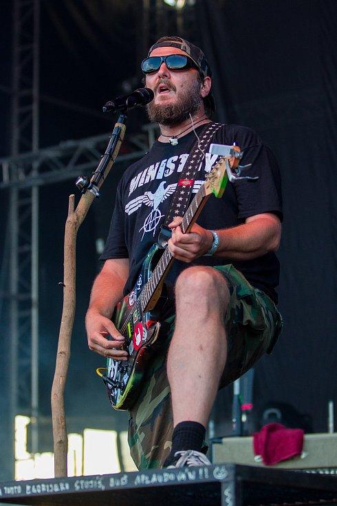 Ve sportovním areálu Vesec v Liberci pokračoval 27. července 26. ročník hudebního festivalu Benátská! Na snímku je Václav Bláha při vystoupení kapely Divokej Bill.