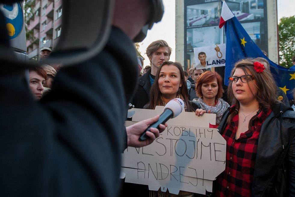 """Demostrace nazvaná """"Proč? Proto!"""" proběhla 10. května na náměstí Dr. E. Beneše v Liberci. Následně se demonstranti přesunuli před Grand Hotelu Imperial, kam prezident republiky Miloš Zeman pozval do předsedu vlády a předsedu ČSSD Bohuslava Sobotku, 1. mís"""