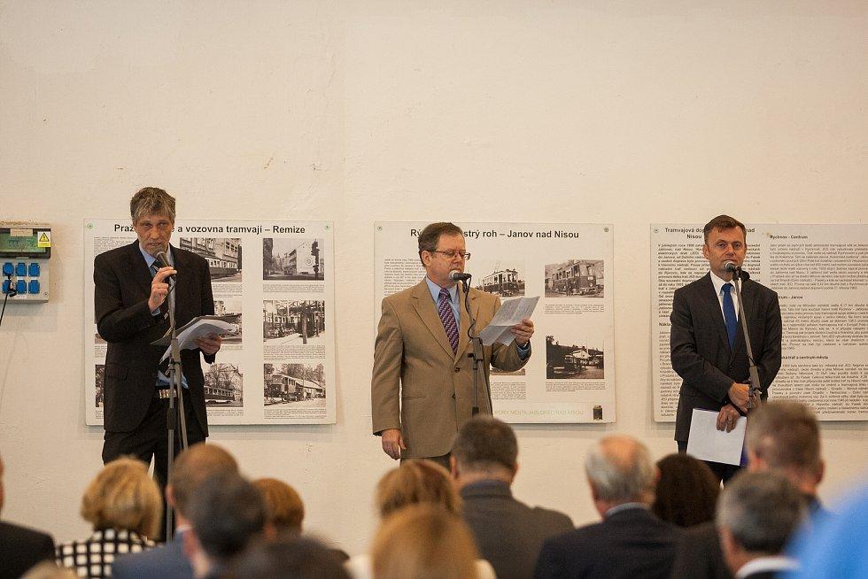 Technické muzeum v Liberci otevřelo 8. září v areálu bývalého výstaviště nový pavilon. Návštěvníci v něm uvidí expozici průmyslové minulosti i současnosti Libereckého kraje. Na snímku uprostřed je izraelský velvyslanec Daniel Meron.