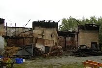 HOLÉ ZDI. Na jeden milion byla odhadnuta škoda na objektu stodoly, uskladněné slámě a zvířatech. Když se hasičům podařilo plameny zlikvidovat, zbyly po kozí farmě jen holé zdi.