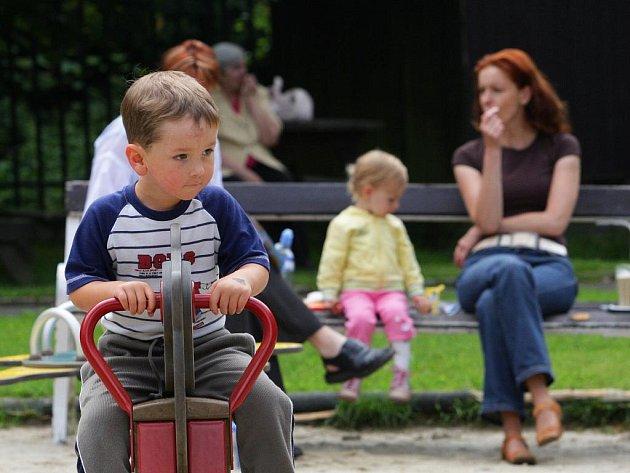 Dětský koutek v Lidových sadech se každé dopoledne plní dětmi.