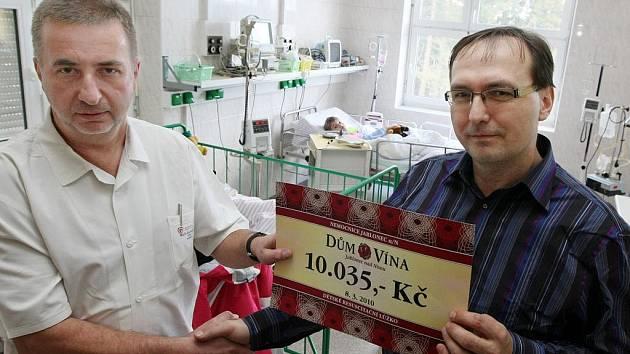 Na speciální lůžko vydělala akce Vánoční svařák Domu vína o loňských Vánocích. Deset tisíc korun poslouží dětskému oddělení jablonecké nemocnice k nákupu resuscitačního lůžka na oddělení JIP.