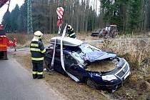 Osobní automobil se na Nový rok ve Lhotě na Semilsku srazil s traktorem.