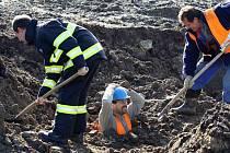 HASIČ pod stovkami kilogramů hlíny. Jaký pocit prožívá dělník pod sesunem hlíny, si vyzkoušel Patrik Hlubuček. Nedělní cvičení připravilo hasiče i na situaci, kdy budou muset vyhledávat osoby pod vrstvou hlíny.