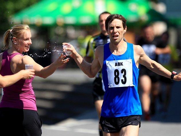 DUŠAN PODROUŽEK, vítěz Libereckého půlmaratonu 2013, bere  vúmorném vedru zavděk občerstvením.