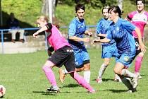 GÓLŮ MOHLO BÝT VÍC. Zprava jsou liberecká Ubiasová a Boušková, k míči má blíže Nováková z Krupky.
