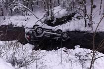 Hasiči zasahovali  u dopravní nehody osobního automobilu v obci Dlouhý Most na Liberecku. Na místě byly přítomny i další složky IZS.