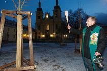 Žehnání nově vysazeným lípám před kostelem v Hejnicích