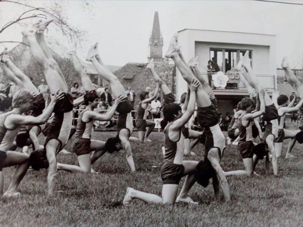 Do roku 1980 nás tentokrát zavede další díl našeho seriálu. Zavzpomínat si mohou především ti, kteří se zúčastňovali hromadného cvičení - spartakiád.