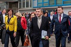 Výjezdní zasedání vlády ČR v Libereckém kraji proběhlo 13. března. Na snímku zprava je hejtman Libereckého kraje Martin Půta a premiér v demisi Andrej Babiš (ANO) před schůzkou se členy Rady Libereckého kraje.