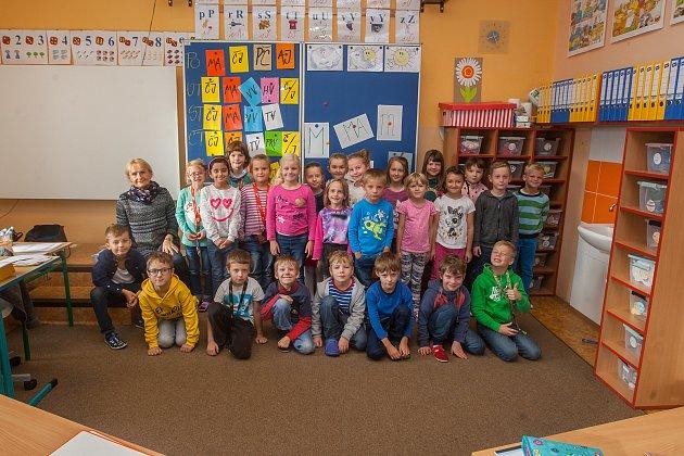 Prvňáci ze Základní školy Lesní vLiberci se fotili do projektu Naši prvňáci. Na snímku je snimi třídní učitelka Mirka Zejmonová.