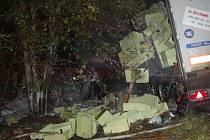 HASIČI SE KRYLI. Létající přepravky ohrožovaly hasiče. Při jejich příjezdu byl již celý kamion v plamenech.
