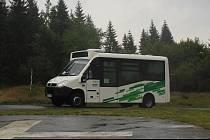 První den provozu nové autobusové linky 790 na trase Smědava - Tanvald, kterou zajišťuje speciální elektrobus.