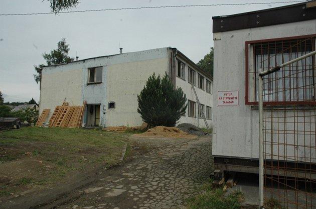 DEMOLICE. Ubytovna textilany uvolní místo novému domu s menšími byty. Místní by místo ní uvítali rozšíření parku.