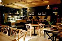 Příjemný, čistý a jednoduchý interiér kavárny se nachází v nové zástavbě mezi ulicemi Moskevská a Rumunská. V kavárně se nekouří, ale alkohol je k dispozici. Kávu dostanete i s sebou.
