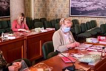 Na liberecké radnici se připravují balíčky s rouškami a informačními letáky pro seniory.