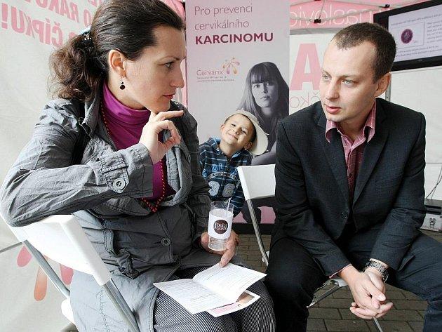 V růžových stanech získají lidé pacientské letáky se základními informacemi o rakovině děložního čípku.