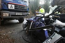 V PRŮBĚHU ROKU 2009 nedocházelo k dopravním nehodám tak často jako v roce předchozím. Na snímku nehoda z libereckých Kateřinek. Osobní vozidlo narazilo do nákladního automobilu.