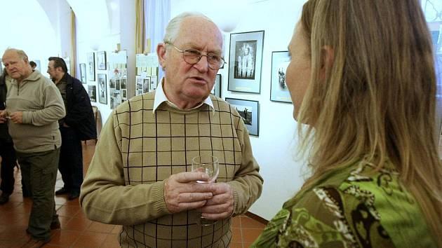 Předseda fotoklubu v Hejnicích Jiří Bartoš na zahájení výstavy.