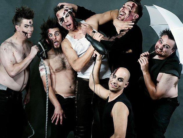 R+ MEMBERS CLUB. Liberecká kapela si dává při svých koncertech záležet i na doprovodných efektech a samozřejmě i stylové vizáži a kostýmech. Oblečení pro ně navrhuje a vytváří liberecká návrhářka Martina Macková. Na jeho vymýšlení se podílí i kapela.