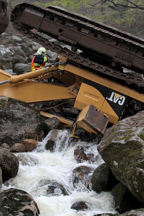 Pětadvacetitunový bagr se na silnici mezi Smědavou a Bílým Potokem uvolnil z návěsu a převrátil se do řeky.