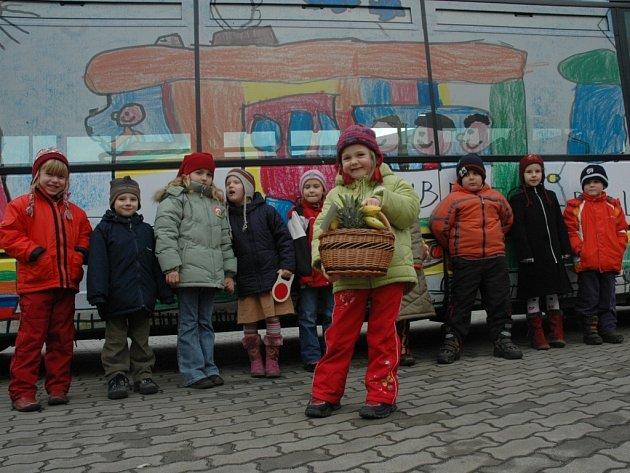 V popředí stojí malá autorka jedné z kreseb, pětiletá Kačka Novotná.